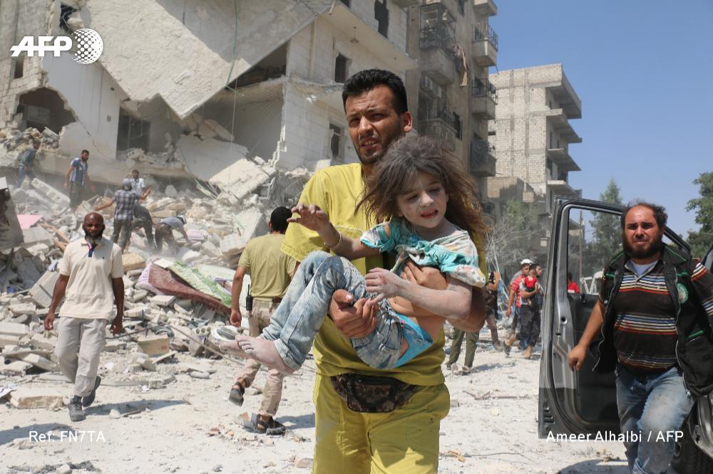 Une fillette secourue dans le quartier de Maadi, près de Bab al-Nairab, à Alep, le 27 août 2016, après une frappe aérienne du régime